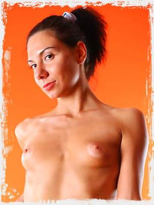 Perky tits Sandra likes to keep her shaved pussy fully exposed on cam